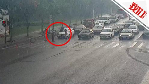 40秒绿灯足足亮了2分钟:数百辆车耐心让行 交警驾驶员接力助老