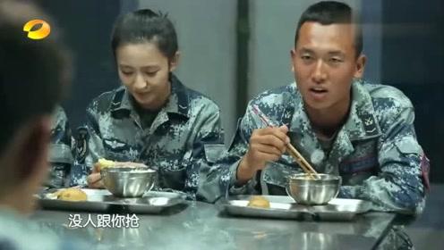娱乐综艺:在部队干吃炒面粉,全员分吃一颗苹