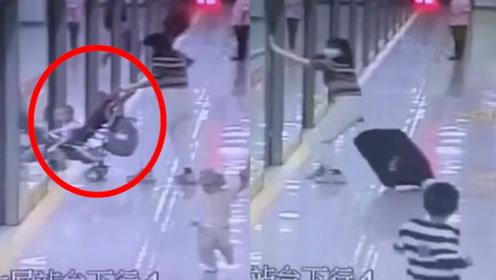惊险!最后一秒婴儿车赶上地铁宝妈却被挡在门外,结局亮了