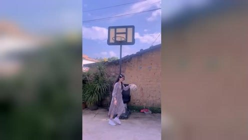 原来仙女是穿着裙子打球的,我还是第一次知道