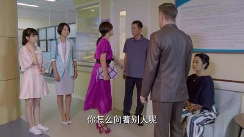 男子去医院看病身边站仨美女,还偶遇前妻,太