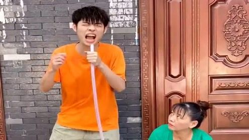 帅哥拿水管唱歌,不料却被亲妈教训,下一幕太惨了!
