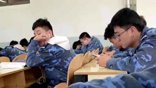 男孩用O泡果*的配音恶搞同学,但是这音乐又关不
