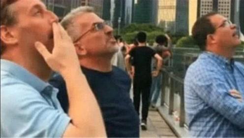 英国游客组团游中国,一出机场就愣住了,电视里的中国是假的!