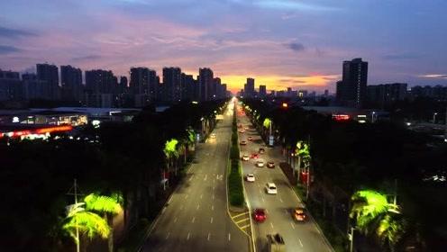实拍广西北海夕阳下的城市全景 街道上车来车往好不热闹 是向往的旅游城市
