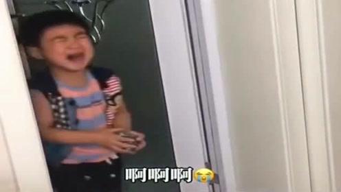 小孩在卫生间给爸爸搓澡,反被爸爸骂哭,看到他手中的铁刷我笑了!