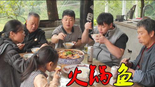 好菜招待师傅,犒劳家人和师傅辛苦做防水,边吃边聊特别热闹