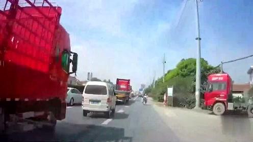 日产司机并先后急刹车,视频车师傅跟车太近,一言不合直接撞