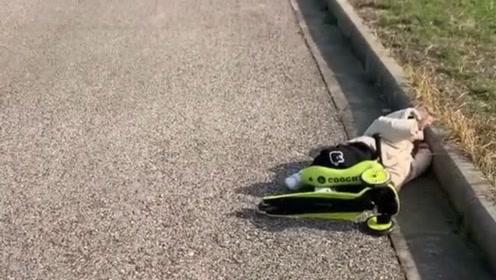 儿子摔倒了,父亲第一时间不是去扶起孩子,而是先拿出手机拍个视频记录生活