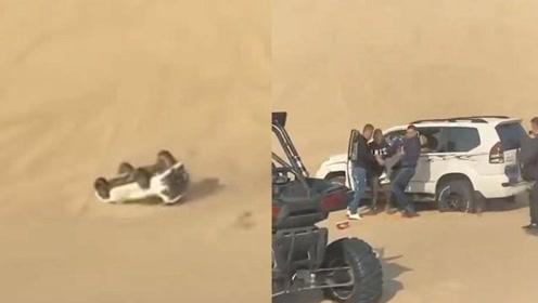 连翻数圈!一家三口玩越野冲沙出意外,连人带车从沙坡顶部滚落