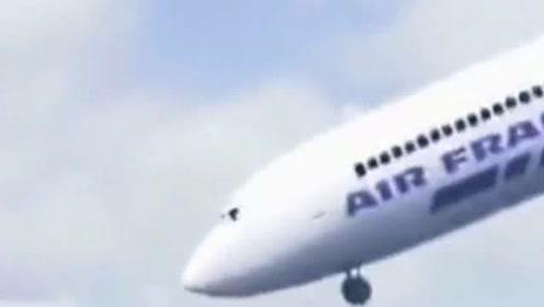 飞机刚起飞就和鸟玩起来了,乘客都懵了吧,网友:人类早期驯服飞机的视频!