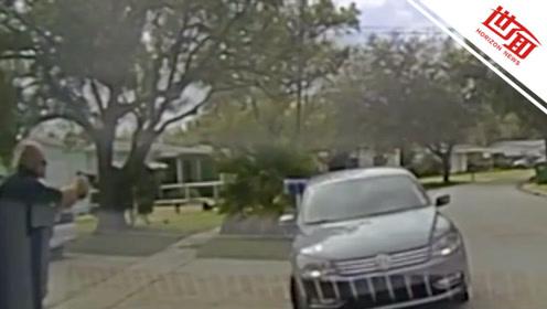 美警官乱枪打死车里两黑人少年 家属一旁疯狂哭喊:别开枪