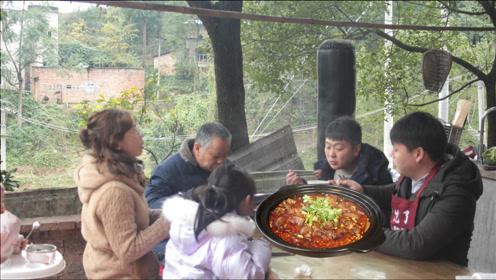 """特别适合冬天吃的""""黄豆猪脚煲"""",软糯入味,老人小孩都爱吃"""