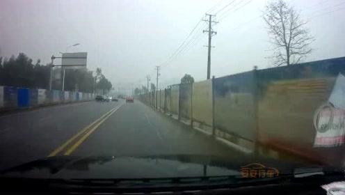 交通事故合集:下雨路滑超速过弯,漂移失败尴尬了
