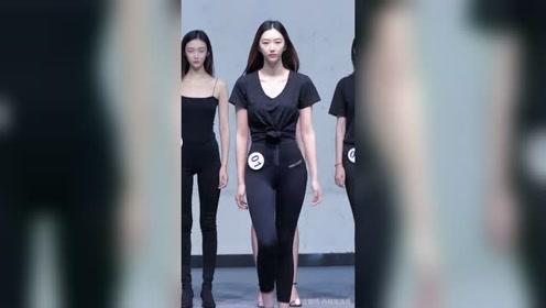 某娱乐节目人气选手王雯萱,她是位模特,面试