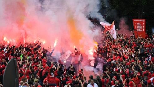 球迷冲进球场疯狂庆祝!柏林联庆祝首次参加德甲