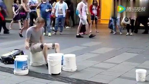 骚年街头,用水桶打架子鼓,你不要太吊好嘛