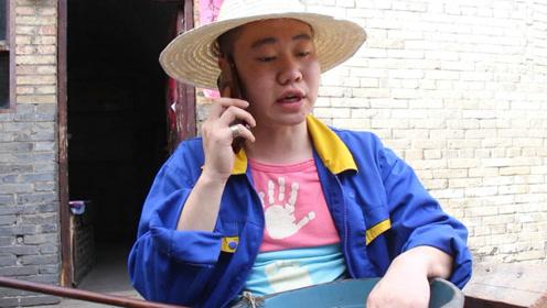 女骗子给村里二傻子打电话,这对话,气的美女