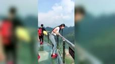 玻璃桥上自拍,手机却不小心掉落深渊,尴尬了