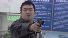 劫匪真是倒霉,刚到超市打劫,电视就开始发布了他的通缉令!