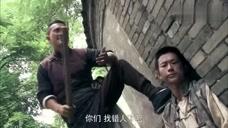 流氓撒尿被俩小伙收拾,以为能逃得掉,不料被拉去游街示众了