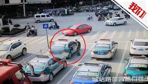 消防车出警出租车拒让路 消防员2次下车沟通无果被挡60秒