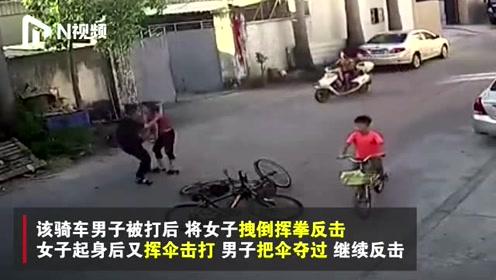 保时捷女司机自行车版?大妈骑车逆行撞单车,挥伞打人被反击