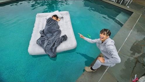 熊孩子作死恶搞,将熟睡的哥哥搬到泳池中,结