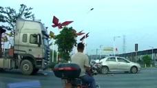 轿车停车等红灯,后面大货车刹不住车,啥时候都得离的远点!
