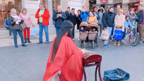 中国姑娘把古筝带到法国,音乐响起的那一刻,
