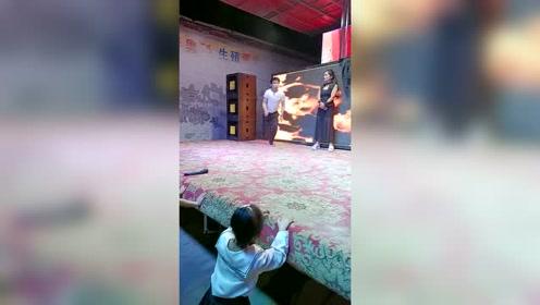 农村舞台上的表演者,这才是真功夫,摔了都感觉不到疼!