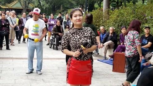 湖南妹子现场演唱《九儿》悠扬清澈动听,路人驻足围观
