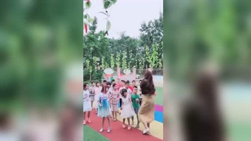 幼师美女教小朋友跳舞,眼前这,忍不住多看了