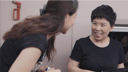 邓亚萍高铁被粉丝认出送水果还合照 她说:我早就习惯了