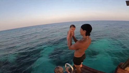 国外一位两岁的儿童学游泳的经历