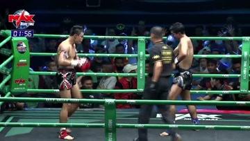 泰拳比赛,上去就是一顿抱,勒的对手喘不上气只得裁判拉开