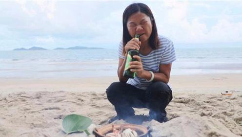 渔民出海收获花蟹,上岸用瓶啤酒闷花蟹,在美食和海风下辛苦都值