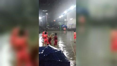 风雨无阻的篮球赛,观众冒雨观赛,这精神强过CBA