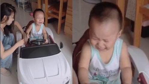 """姐姐用打工钱给弟弟买玩具车却迎来""""大哭""""伺候 弄得姐姐一脸懵"""