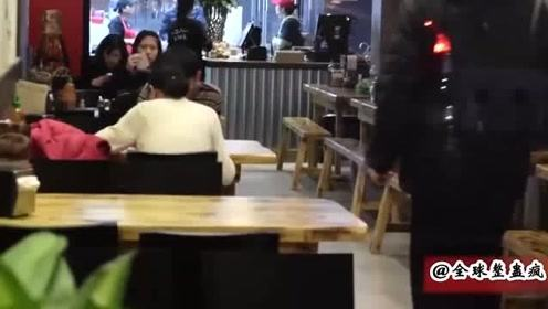 国外恶搞:突然冲进餐厅大叫一声,一屋子的人