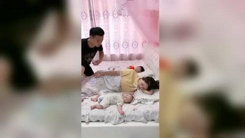老婆带孩子太累,看她睡着了,不忍心叫醒呀