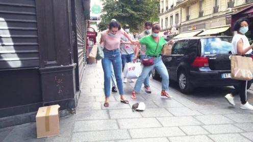 街头恶搞:突然脚下窜出一只大老鼠,下一秒美女的反应真激动