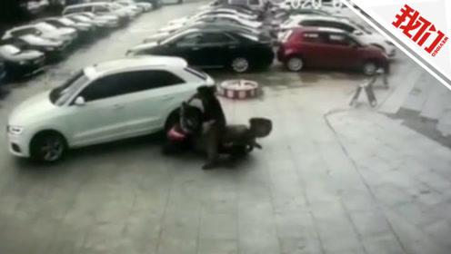 """男子主动撞汽车称""""脚受伤"""" 当场被揭穿""""碰瓷""""落荒而逃"""