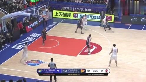 CBA篮球比赛对手先造胡明轩犯规,再命中三分,真坏