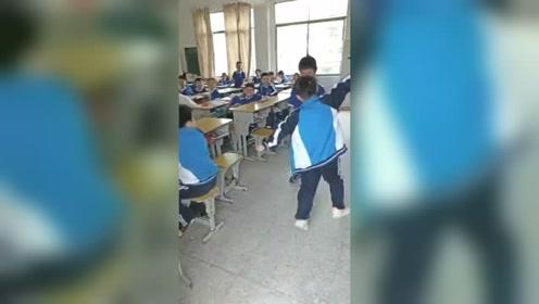 小朋友太可爱了,在教室上演西游记,把同学逗