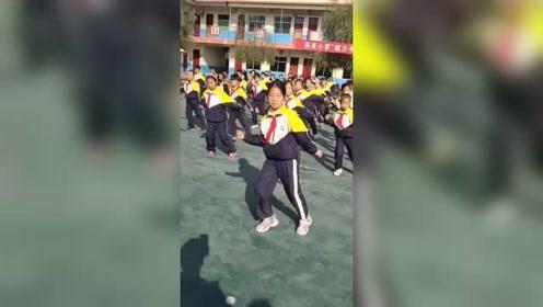 动感的音乐,整齐的舞步!这就是别人家的学校,别人家的校长!