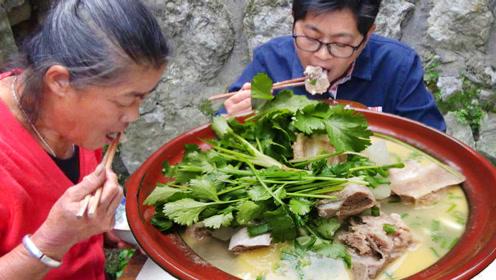 九九排骨炖冬瓜,土钵炖味道就是不一样,排骨香冬瓜糯吃得肚皮鼓