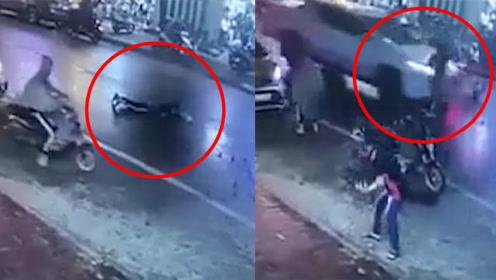 女子横过马路,被摩托车撞飞后爬起来刚要走,结果又被撞了一次