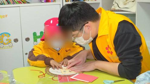 7岁男孩享受正常生活难 背后原因令人泪目