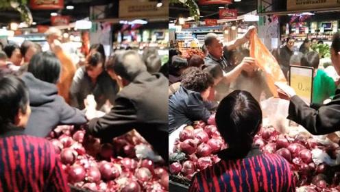 网友描述大爷大妈抢菜模样火了:公交车上的林黛玉,超市里的方世玉!